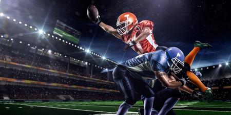 jugador de futbol americano: Jugador de f�tbol americano en la acci�n en el estadio