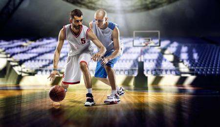 도시 체육관에서 두 농구 선수 동작