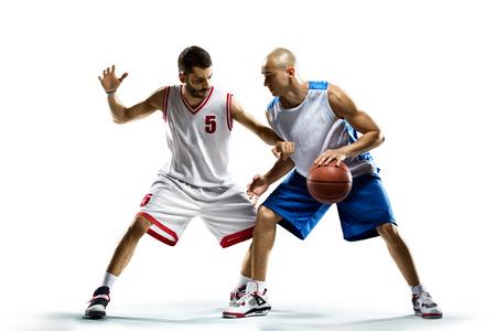 Geïsoleerd op wit twee basketballers in actie Stockfoto