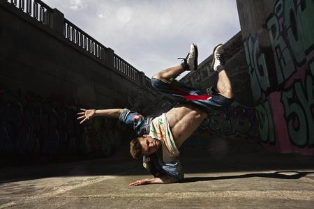 힙합 댄서 거리에서 춤 스톡 콘텐츠