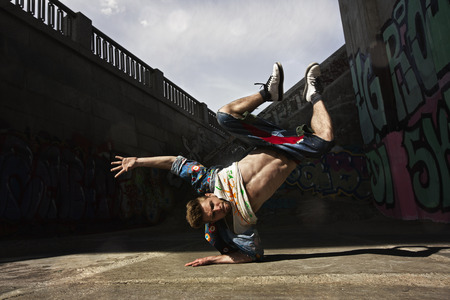 baile hip hop: Bailar�n de hip-hop est� bailando en la calle