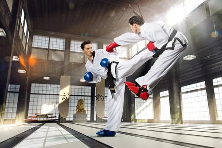 artes marciales: Mujer lucha Karate en los kimonos blancos Foto de archivo
