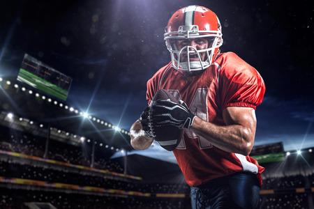 football players: Jugador deportista de f�tbol americano en el estadio