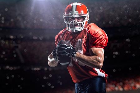casco rojo: Jugador deportista de f�tbol americano en el estadio
