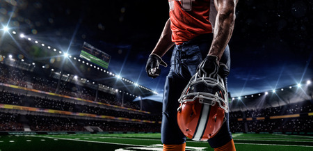 futbolista: Jugador deportista de fútbol americano en el estadio