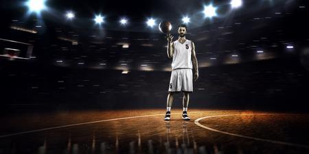 pelota de basquet: Jugador de baloncesto está girando balón en el dedo en el gimnasio Foto de archivo