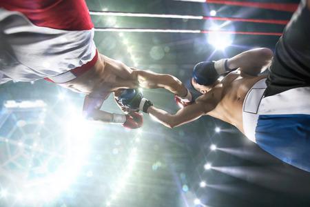 boxeador: Dos boxeadores professionl están luchando en la gran arena