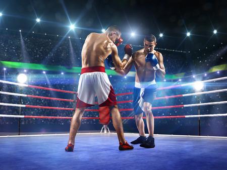 streichholz: Zwei professionl Boxer auf der großen Arena kämpfen