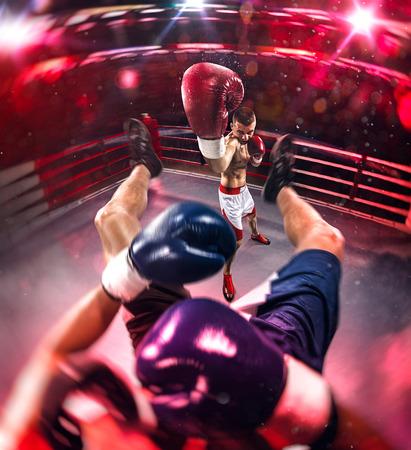 Twee professionl boksers vechten op de grote arena Stockfoto