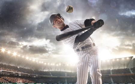 at bat: Jugador de béisbol profesional en la acción en Grand Arena