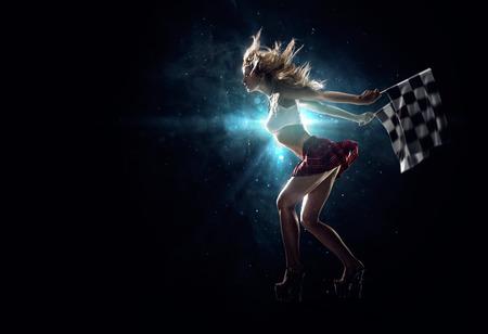 Junges reizvolles Mädchen beginnt in der Nacht Beschleunigungsrennen