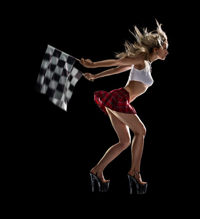 cuadros blanco y negro: Aislados joven chica sexy comienza la carrera nocturna de arrastre Foto de archivo