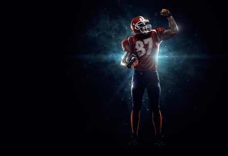 uniforme de futbol: Orgulloso jugador de fútbol americano i oscuro