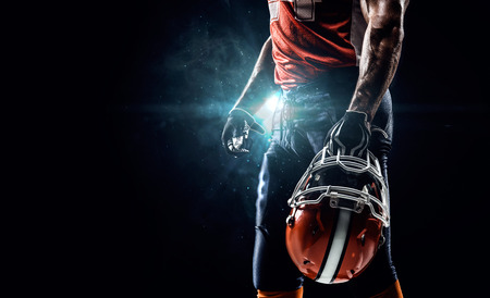 jugando futbol: Jugador deportista de fútbol americano en el estadio