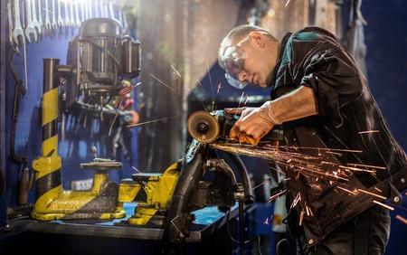 グラインダーによる管を慎重に切断機械