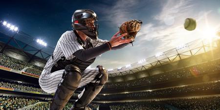 Professionele honkbalspeler in actie op grote arena Stockfoto - 36880504