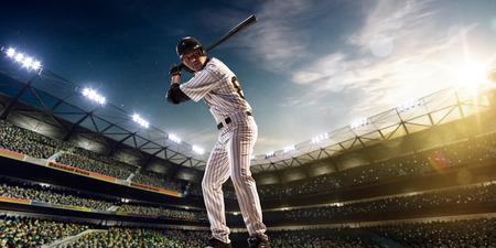 adultos: Jugador de b�isbol profesional en la acci�n en Grand Arena