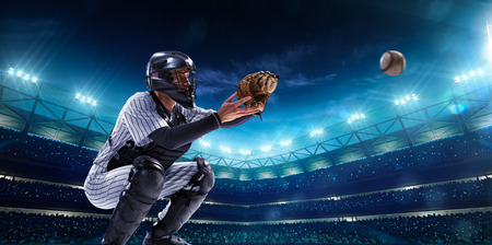 guante de beisbol: Jugadores de béisbol profesionales en el gran escenario en la noche