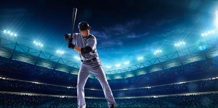 Professionele honkbal spelers op de grote arena in de nacht Stockfoto
