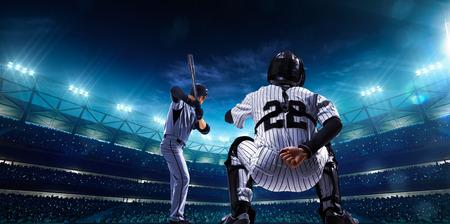 guante de beisbol: Jugadores de b�isbol profesionales en el gran escenario en la noche