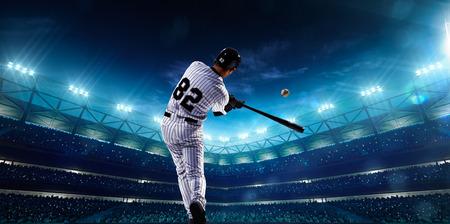夜のグランド アリーナのプロ野球選手 写真素材