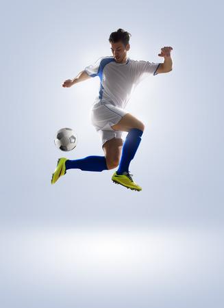 背景色に分離されたアクション サッカー サッカー選手