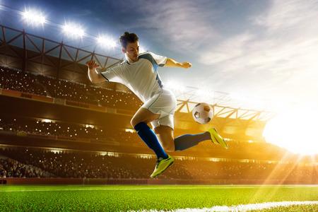 Jugador de fútbol en acción sobre fondo estadio noche Foto de archivo - 37288400