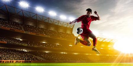 Footballeur en action sur fond de nuit stade de panorama Banque d'images - 38758095