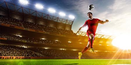 Voetballer in actie op de nacht stadion achtergrond panorama