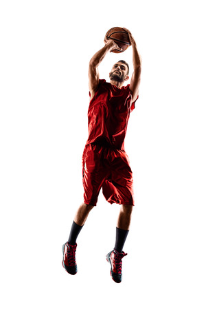 Basketbalspeler in actie op een witte achtergrond