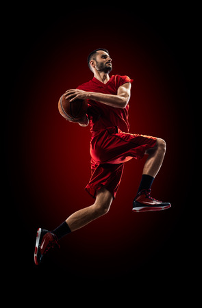 アクションのバスケット ボール選手はブラックで高分離を飛んでる