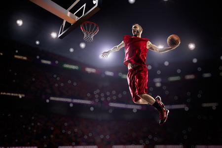 cancha de basquetbol: Jugador de baloncesto en la acción