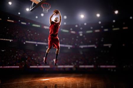 cancha de basquetbol: Jugador de baloncesto en la acci�n