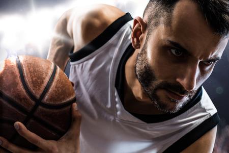 canestro basket: giocatore di basket in azione isolato su nero Archivio Fotografico