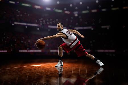 アクションのバスケット ボール選手