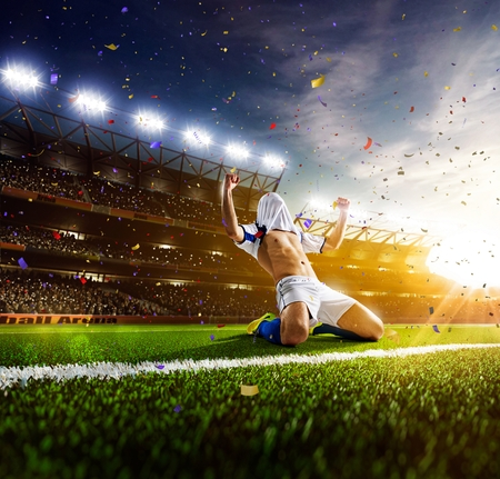 futbol soccer: Jugador de fútbol en acción sobre fondo estadio soleado