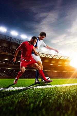 jugadores de futbol: Jugadores de fútbol en acción en estadio de la puesta de sol de fondo panorama