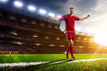 Voetballer in actie op zonsondergang stadion achtergrond panorama