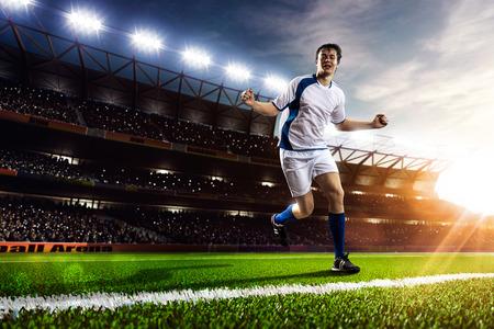 夕焼けスタジアム背景パノラマ上のアクションのサッカー選手 写真素材