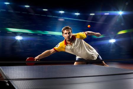 若いスポーツ人テニス選手はライトと黒の背景で再生します。 写真素材