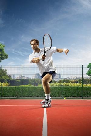 Jonge man tennissen op een zonnige dag
