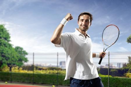 젊은 남자가 화창한 날에 테니스를 재생