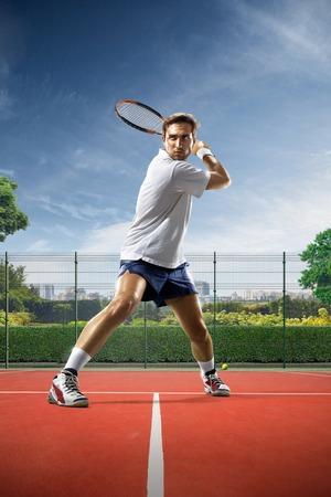Junger Mann ist Tennis, an sonnigen Tag spielen