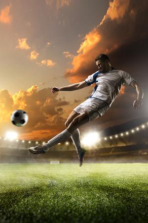 Voetballer in actie op zonsondergang stadion met achtergrond