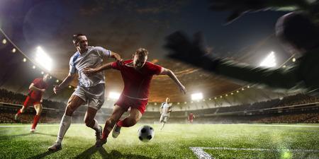metas: Jugadores de f�tbol en acci�n en el estadio de la puesta de sol de fondo panorama Foto de archivo