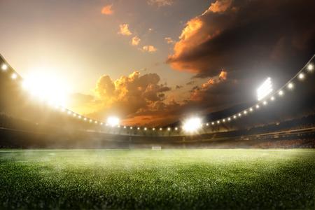 terrain foot: coucher de soleil vide arène grande de football dans les lumières Banque d'images