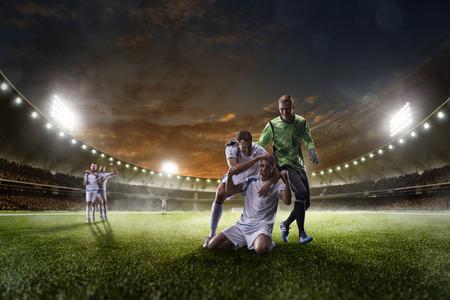 accion: Jugadores de fútbol en acción en el estadio de la puesta de sol de fondo panorama Foto de archivo