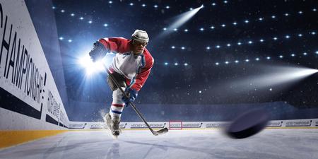 Ijshockeyspeler op de ijsarena in lichten