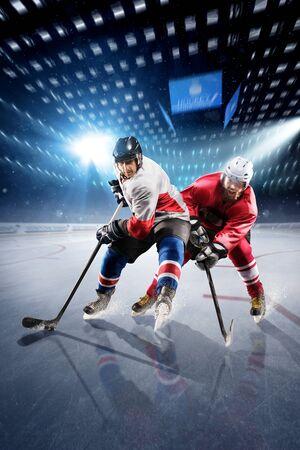 joueur de hockey tire la rondelle et les attaques