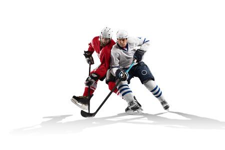 Professioneel hockey speler schaatsen op ijs. Geïsoleerd op de witte